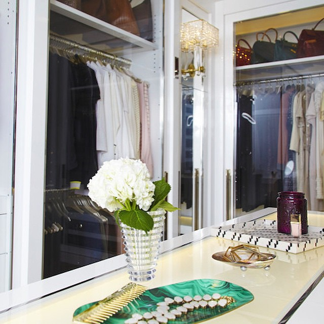 Fresh flowers and a malachite tray for jewels? This is our kind of closet! #closet #inspiration #wardrobetherapy #stylist #interiordesign #glam #inspo #love #malchite #hydrangea #classic #style #decor #beautiful #chic #makeeverydayarunway